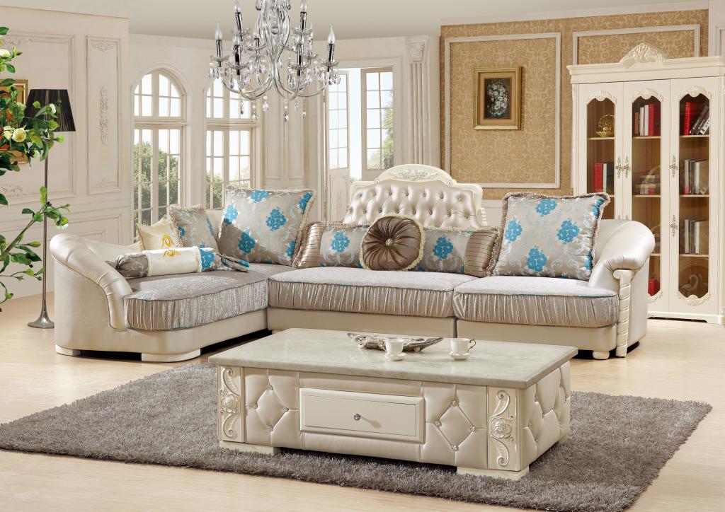以白色为主色调的欧式装修能够让空间看上去更加大气与开放,而与之相匹配的欧式沙发则能够让这种装修风格更加浓重。白色牛皮材质,搭配浅蓝色的靠枕,再加上客厅中央的茶几,这一切都和客厅里纯白的主色调搭配在一起。看到这么一款以白色为主色调的沙发,我们仿佛站在洁美纯净的北欧世界,满眼都是洁净的感觉。